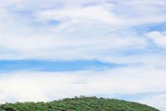 Montaña con el cielo azul Fotografía de archivo