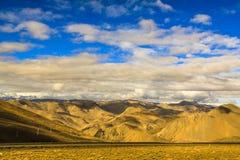 Montaña con el cielo azul Foto de archivo libre de regalías