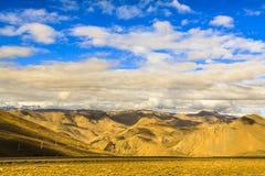Montaña con el cielo azul Fotografía de archivo libre de regalías