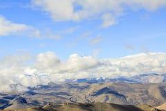 Montaña con el cielo azul Imagen de archivo