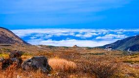 Montaña con el cielo azul en la ruta alpina de Japón Foto de archivo libre de regalías