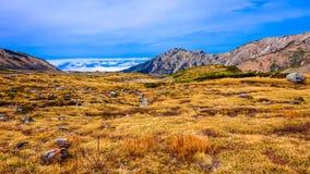 Montaña con el cielo azul en la ruta alpina de Japón Imagenes de archivo