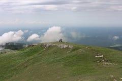 Montaña con el coche campo a través encendido lejos Imagen de archivo