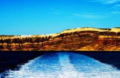 Montaña con la ciudad cerca de la isla del cielo de Thera Santorini Oia en Grecia Foto de archivo
