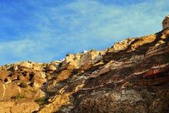Montaña con la isla Grecia del cielo de Thera Santorini Oia de la ciudad Fotos de archivo