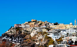 Montaña con la isla Grecia del cielo de Thera Santorini Oia de la ciudad Imagen de archivo