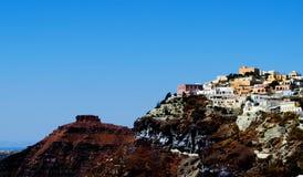 Montaña con la isla Grecia del cielo de Thera Santorini Oia de la ciudad Foto de archivo libre de regalías