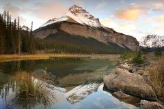 Montaña con la reflexión Fotografía de archivo