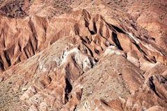 Montaña con las rocas rojas en el valle de Ounila. Fotos de archivo libres de regalías