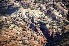 Montaña con las rocas y los árboles. Foto de archivo