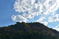 Montaña con los cloudes y el cielo azul Imagen de archivo libre de regalías