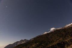 Montaña con poca nieve en el top con las estrellas en la noche en Lachen en Sikkim del norte, la India Fotos de archivo libres de regalías