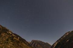 Montaña con poca nieve en el top con las estrellas en la noche en Lachen en Sikkim del norte, la India Fotografía de archivo libre de regalías