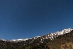 Montaña con poca nieve en el top con las estrellas en la noche en Lachen en Sikkim del norte, la India Imagenes de archivo