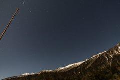 Montaña con poca nieve en el top con las estrellas en la noche en Lachen en Sikkim del norte, la India Fotografía de archivo