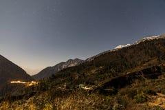 Montaña con poca nieve en el top con las estrellas en la noche en Lachen en Sikkim del norte, la India Imágenes de archivo libres de regalías