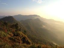 Montaña con salida del sol Imagenes de archivo
