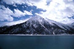 Montaña coronada de nieve fotografía de archivo