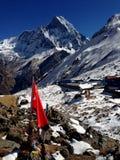 Montaña coronada de nieve, campo bajo Imagenes de archivo