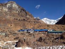 Montaña coronada de nieve, campo bajo Foto de archivo libre de regalías