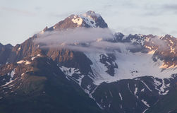 Montaña coronada de nieve de Alaska en la puesta del sol Foto de archivo libre de regalías