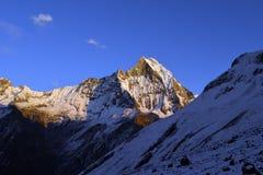 Montaña coronada de nieve imponente Imágenes de archivo libres de regalías