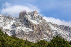 Montaña de Ay Petri en el primer de la nieve Imagen de archivo libre de regalías