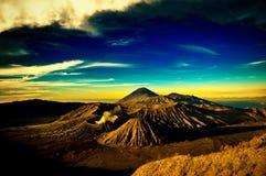 Montaña de Bromo debajo del cielo azul nublado imágenes de archivo libres de regalías