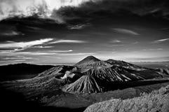 Montaña de Bromo debajo del cielo nublado foto de archivo