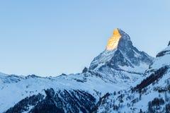 Montaña de Cervino en la salida del sol en invierno según lo visto de Zermatt imagenes de archivo