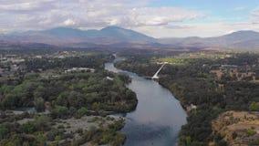 Montaña de Choop del matón del río Sacramento Redding California de la visión aérea almacen de video