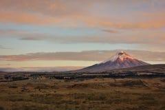 Montaña de Cotopaxi en la puesta del sol Ecuador fotos de archivo