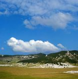 Montaña de Dinara sobre el cielo azul Foto de archivo