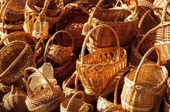 Montaña de diversa venta de las cestas de mimbre Imágenes de archivo libres de regalías
