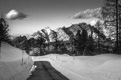 Montaña de Dolomiti - blanco y negro Foto de archivo