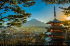 Montaña de Fuji con la pagoda roja imagenes de archivo