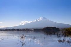montaña de Fuji en la opinión del fondo del cielo azul del kawaguch del lago foto de archivo
