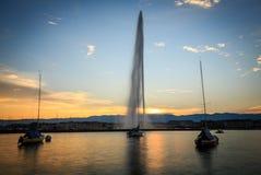 Montaña de Ginebra de la fuente de agua del d'Eau del jet en la puesta del sol Imagen de archivo