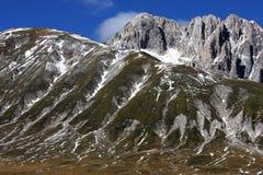 Montaña de Gran Sasso en el Apennines de Italia Imagen de archivo libre de regalías