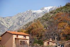 Montaña de Gredos con el hogar imagen de archivo libre de regalías