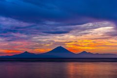 Montaña de Gunung Agung en puesta del sol imagen de archivo libre de regalías