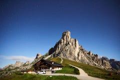 Montaña de Gusela del La del paso de Giau en la hora azul foto de archivo libre de regalías
