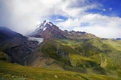 Montaña de Kazbek en cloads imagen de archivo libre de regalías