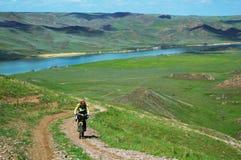 Montaña de la aventura biking en la orilla Imagen de archivo libre de regalías
