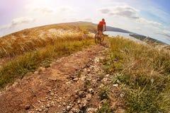 Montaña de la aventura biking en la orilla Imágenes de archivo libres de regalías