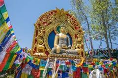 Montaña de la bandera del rezo cerca del monasterio de Namobuddha fotos de archivo