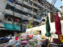Montaña de la basura en un patio trasero de un mercado imágenes de archivo libres de regalías