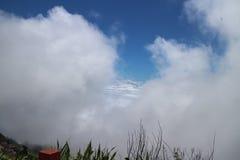 Montaña de la capa de nubes Imagen de archivo libre de regalías