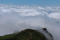 Montaña de la capa de nubes Fotografía de archivo libre de regalías