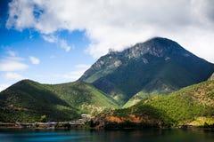 Montaña de la diosa del lago Lugu Imagen de archivo libre de regalías